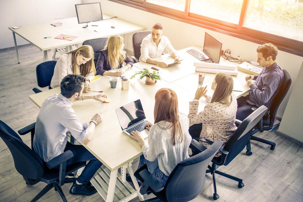 Kommunikationstraining: Gruppe von Menschen locker im Kreis sitzend
