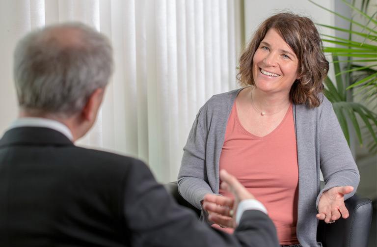Susanne Gensinger berät einen Kunden